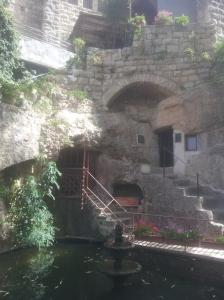 Der Eingang zur Grotte befindet sich rechts.