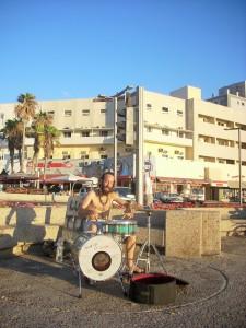 Trommeln an der Strandpromenade - Die Israeli lieben wohl nicht nur Katzen und Kinder, sondern auch das Trommeln...:)